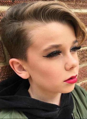 El nene que se hizo famoso enseñando técnicas de maquillaje en Instagram