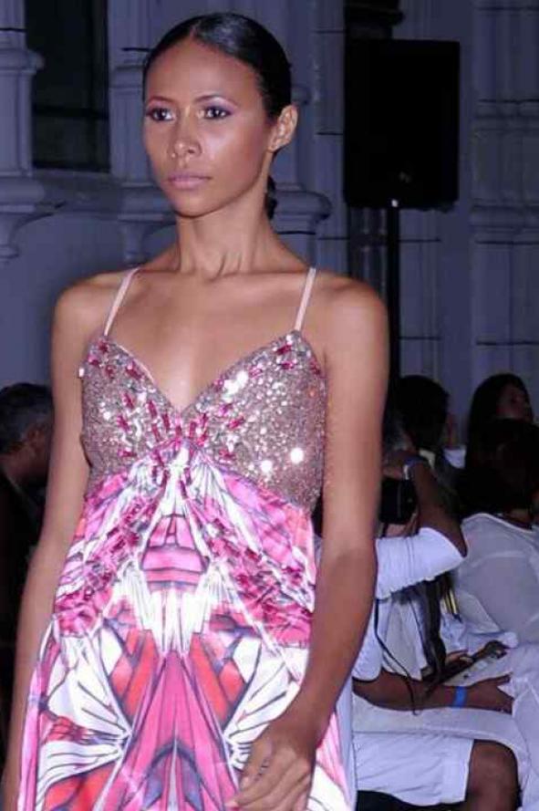 Lo más! Texturas sublimadas y bordados al límite para vestidos de ...